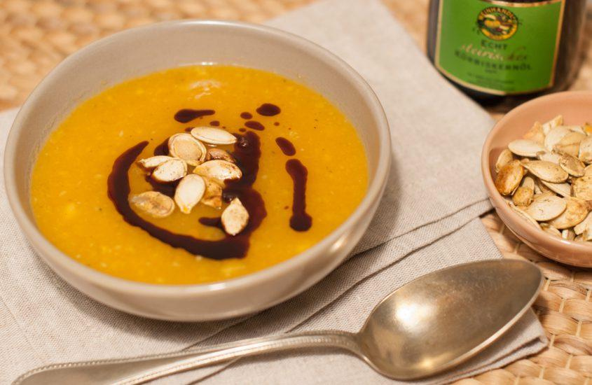 schnelle Kürbissuppe mit Kürbiskernöl und selbst gemachten Kürbiskernen